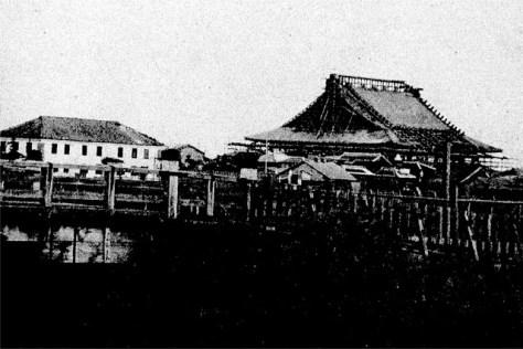 明治五年の大火後、再建中の大屋根。