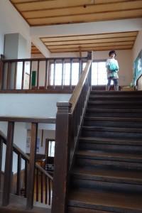 階段の床板と手すりの色に、妙に懐かしさを感じました。