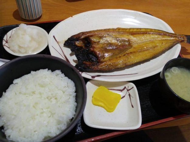 今回の魚を買い求めた、余市町の「かきざき」さんにて。 二階が食堂、一階が食料品店になっていました。(店内の写真がないので、店主が食べたものでごめんなさい)