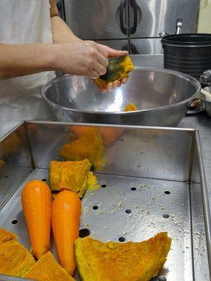 かぼちゃサラダの仕込み。 かぼちゃとニンジンはふかして、そのあと一緒につぶしてサラダのベースを作りますよ。