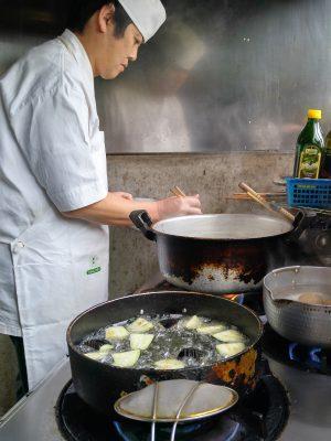 店主が次々と「恵み」を完成させています。これは茄子の煮びたしを作っているところ。