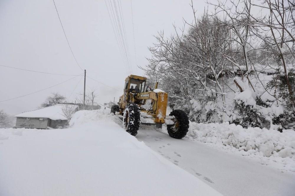 Sakarya'da 180 kişilik ekip karla mücadele ediyor