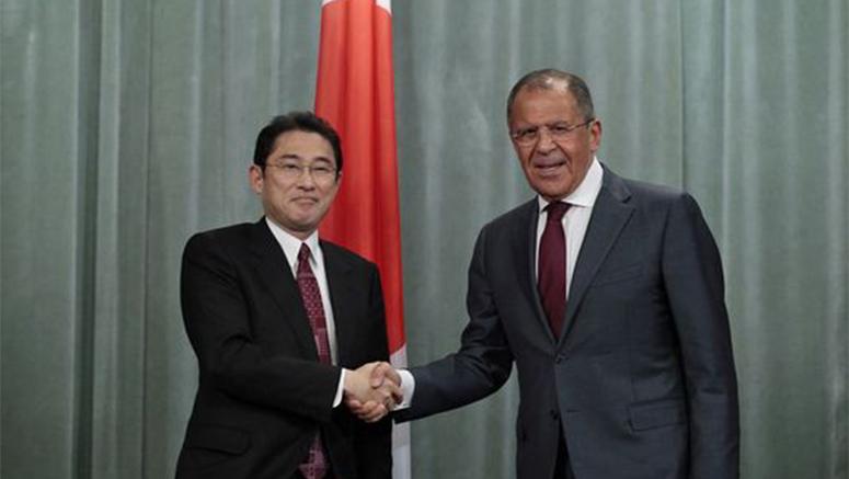 Sergej Lavrov con il suo omologo giapponese Fumio Kishida