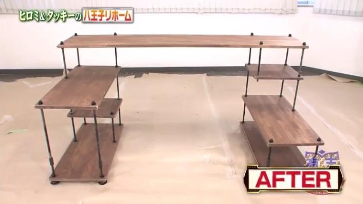 板と吊り金具だけで作った収納棚完成