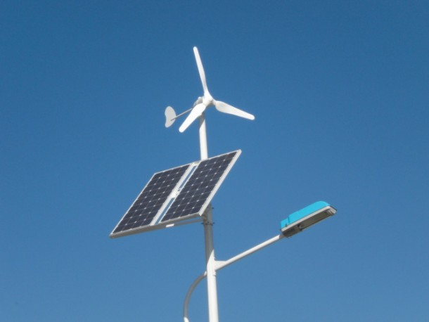 Streetlight-that-Runs-on-Wind-and-Solar-Energy4-610x458
