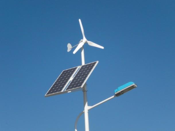 Streetlight-that-Runs-on-Wind-and-Solar-Energy4-610x458