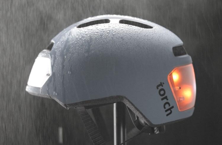 夜間走行でも安心安全!ledライト一体型の自転車用ヘルメット「torch T2」