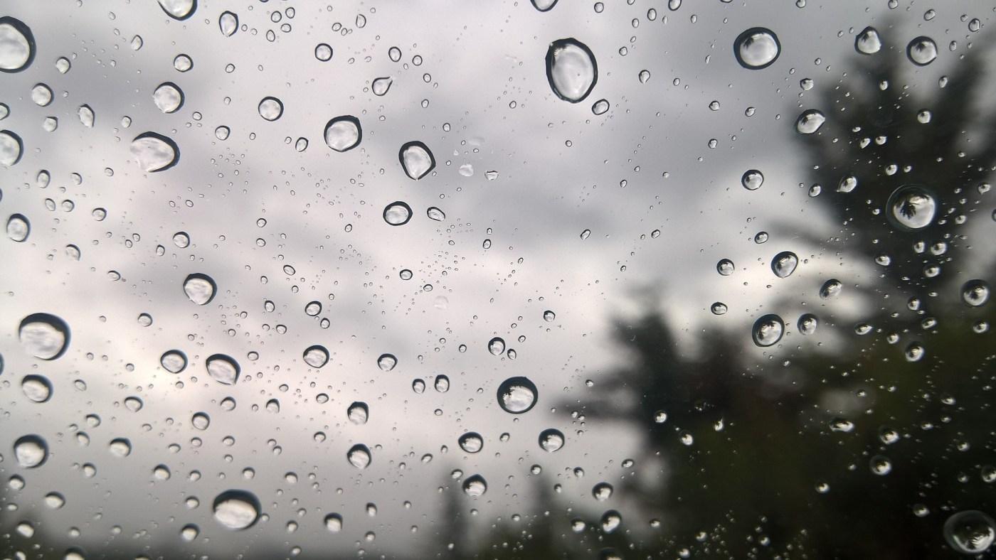 טיפות גשם על החלון