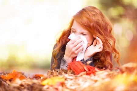 Grippewelle Frau mit Taschentuch