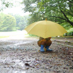 雨の日の子供