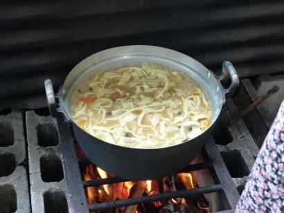 Pâtes, légumes dans une soupe miso