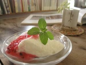 石垣島のカフェ&カレー「トラベラーズカフェ朔」のカルピスヨーグルトムース ローゼルソース