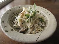 石垣島のカフェ&カレー「トラベラーズカフェ朔」のモヤシ、ピーマン、シメジのサラダ