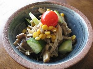 石垣島のカフェ&カレー「トラベラーズカフェ朔」のキノコと豆のマリネサラダ