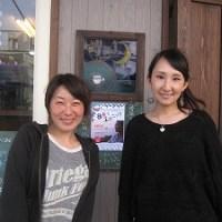 石垣島のカフェ&カレー「トラベラーズカフェ朔」の笹本真澄さんとぐりこさん