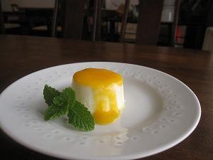 石垣島のカフェ&カレー「トラベラーズカフェ朔」の島とうふとホワイトチョコのムース