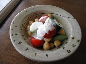 石垣島のカフェ&カレー「トラベラーズカフェ朔」のきゅうり、トマト、チャナ豆のサラダ