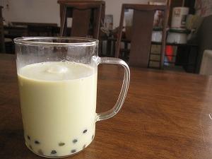 石垣島のカフェ&カレー「トラベラーズカフェ朔」の黒タピオカ抹茶ミルク