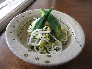 石垣島のランチなら「トラベラーズカフェ朔」のモヤシ、きゅうり、オクラのサラダ