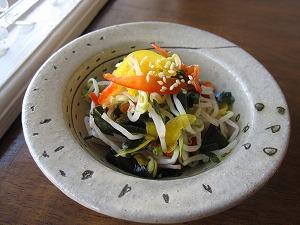 石垣島のカフェ&カレー「トラベラーズカフェ朔」のモヤシ、ワカメ、パプリカのサラダ