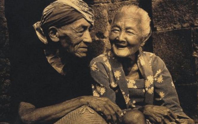 kakek nenek tersenyum tertawa kebiasaan orang sunda jawa menikah