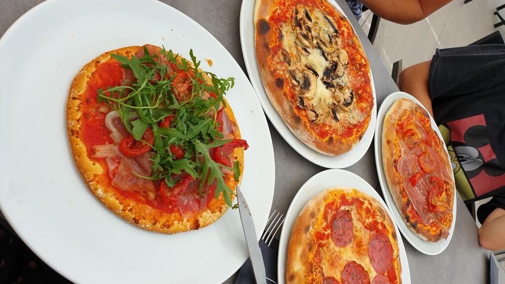 vier pizza's, waaronder één kleine glutenvrije/low fodmap pizza