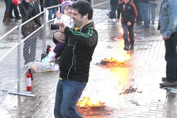 پریدن کودکان از روی آتش با کمک و حضور پدر و مادر در جشن چهار شنبه سوری در ریچموند هیل، سه شنبه 13 مارچ 2012 - عکس از سلام تورنتو