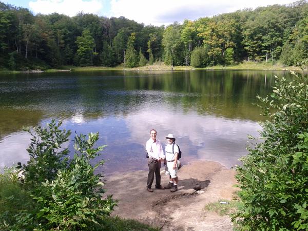 مشهود ناصری (همکار سلام تورنتو) سمت چپ همراه با Ken Kishibe هنگام بازدید از پارک مونوکلیفز و دریاچه McCarston's Lake