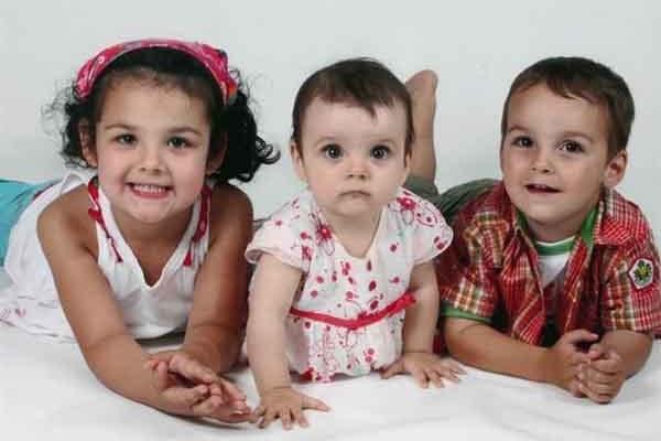 Loic پسر 4 ساله در کنار خواهرانش Anais دو ساله و Lorelie پنج ساله در یک عکس خانوادگی