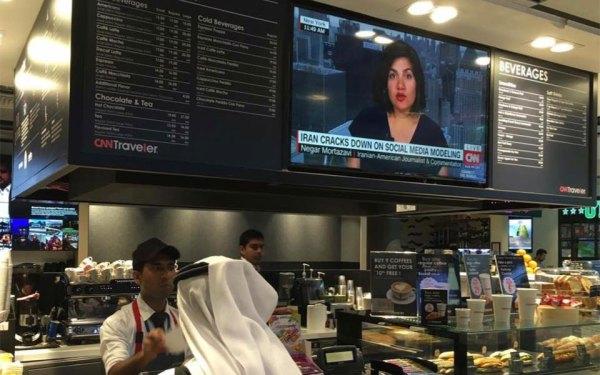 ۱۷ می فرودگاه ابوظبی، مرکز امارات متحده عربی: عکس صحنه ای از برنامه کانال تلویزیونی CNN از مصاحبه با نگار مرتضوی را در کنار منوی نوشیدنی های سرد و گرم نشان میدهد. موضوع، نظرات او در باره  پیگرد و دستگیری تعدادی از مدلهای ایرانی که عکسهای آنها در اینستاگرام منتشر شده بود.