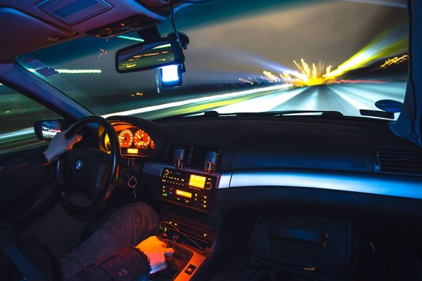 زنی در حال رانندگی با سرعت 175 کیلومتر در ساعت در ریچموندهیل به دام پلیس افتاد.