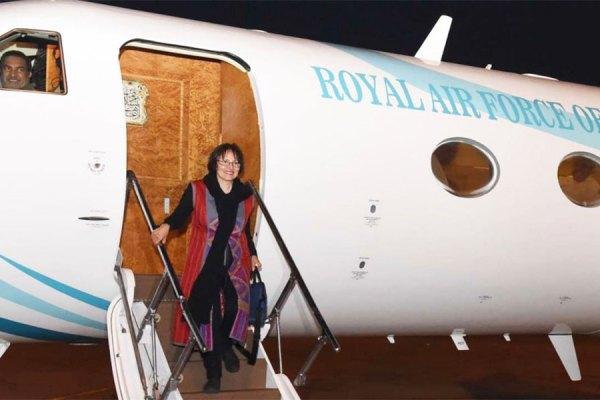 هما هودفر در حال پیاده شدن از هواپیما در عمان