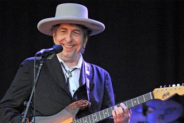 باب دیلان  اولین موزیسینی است که به خاطر اشعار ترانه هایش برنده نوبل ادبیات می شود.
