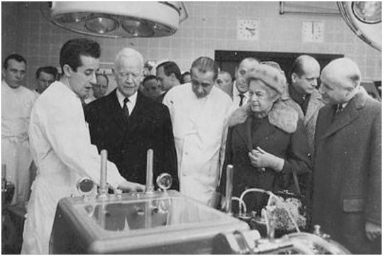"""برای تعویض قلب به دستگاهی که موقتا کار آنرا انجام دهد نیاز بود. دکتر مجتبی ناصری در حال نشان دادن دستگاه """"قلب-ریه"""" به دکتر لوبک رئیس جمهور آلمان."""