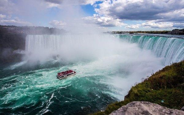 آبشار نیاگارا یکی از زیباترین پدیده های طبیعی است که هر ساله میلیونها نفر  را به خود جذب می کند
