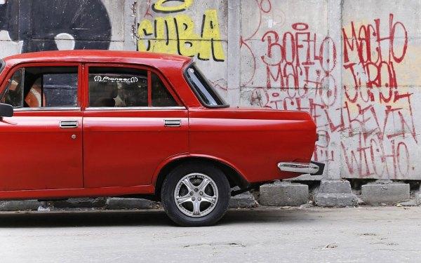 اتومبیل های آمریکایی متعلق به دوران قبل از انقلاب 1959 که هنوز با گازوئیل کار می کنند اما تمیز؛ درست مثل لباسهایی که بر تن داشتند.