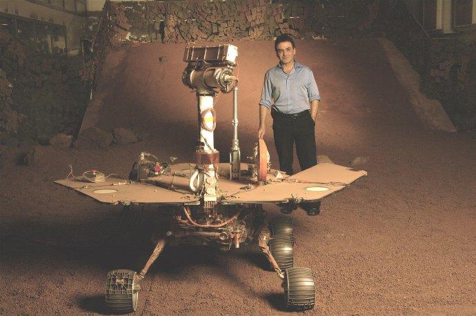 فیروز نادری در کنار مدل کاوشکر روح (Spirit) ، این کاوشگر در 4 ژانویه 2004 در سطح کره مریخ فرود آمد و تا آخرین تماس با آن 22 مارس 2010، 7730 متر بر سطح مریخ حرکت کرد.