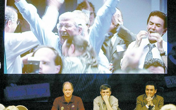 فیروز نادری (سمت راست  در هر دو تصویر) در کنفرانس مطبوعاتی پس از فرود موفقیت آمیز کاوشگر مریخ ـ فرصت  (Opportunity)  ـ بر روی کره مریخ