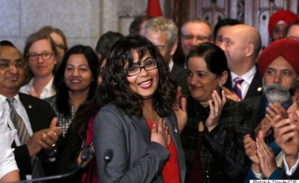 خانم اقرا خالد نماینده می سی ساگا در پارلمان (وسط) ارائه دهنده لایحه بود
