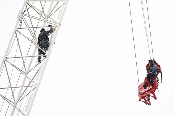 این زن برای مدت 4 ساعت بر روی میله ای به پهنای 15 سانتیمتر و به طول 60 سانتی متر  به حالت معلق در ارتفاع  دهها متری آویزان بود.