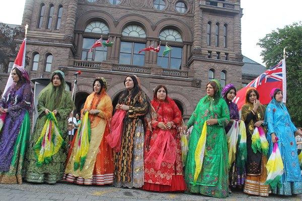 انجام رقص های محلی توسط هنرمندان