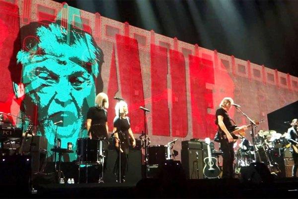 راجر واترز آهنگساز، گیتاریست و خواننده معروف نیز در پایان کنسرت خود در کانکتیکات  به همراه اعضای گروهش برای مدت یک دقیقه روی استیج زانو زد.
