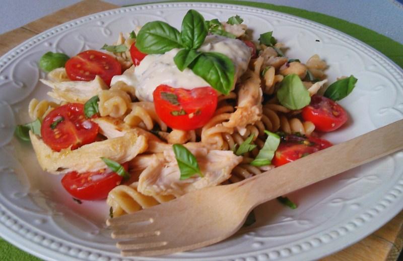 Csirkés tésztasaláta diétás tésztából, krémsajtos öntettel