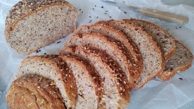 Korpás kenyér felszeletelve