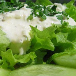 салат со сметаной и яйцом