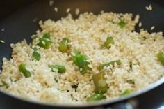 Acrescente o arroz e frite remexendo