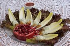Salda de endívias, romã e gorgonzola
