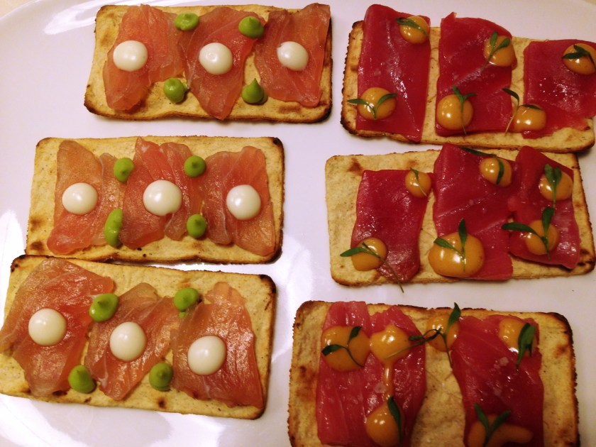 50 best talks Latam - Tinha acabado de comer no Mercado Roma, mas foi impossível resistir a essas tostadas de salmão e atum defumado.