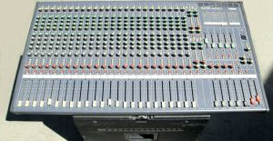 Yamaha MX400-24 Channel Audio Mixing Console w/ Road Case