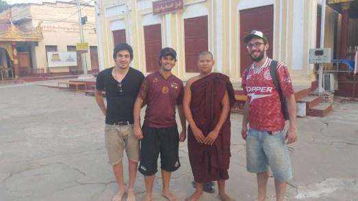 Con un monje que nos pidió una foto!!!